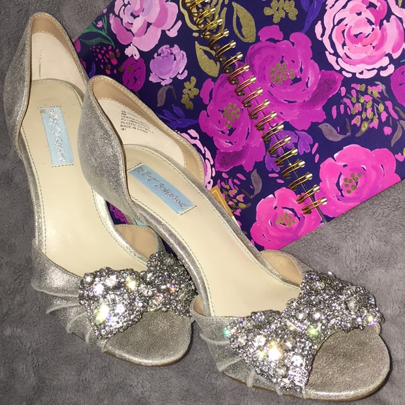 something blue, bridal shoes, pumps, bow | Photography